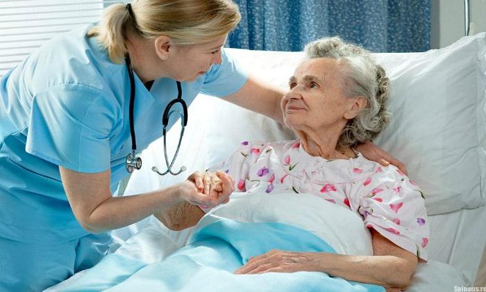 Запор у пожилых может вызвать длительный постельный режим или малоподвижный образ жизни, в результате чего нарушается нормальная работа мышц кишечника