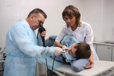 Основным исследованием является ФГДС - процедура, при которой человек глотает шланг, в котором установлены камера и свет