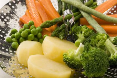 Диета разработана врачом-гастроэнтерологом Михаилом Певзнером, она включает овощи вареные, или приготовленные на пару, перед употреблением протирают