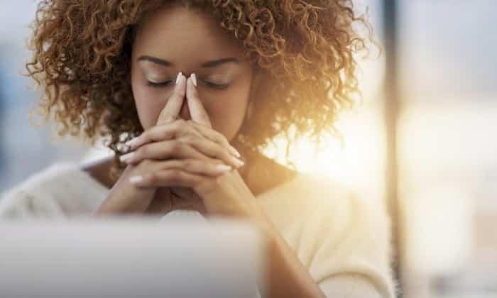 Симптомы вздутия живота проявляются в появление слабости, возможно, головной боли