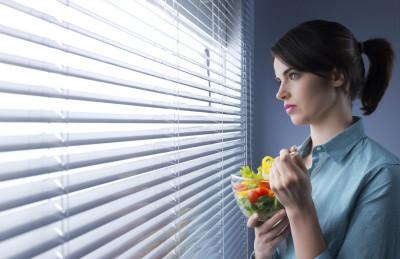 Если беспокоит изжога, то следует пересмотреть свой режим питания. Есть нужно 5-6 раз в день, не заглатывая пищу большими кусками