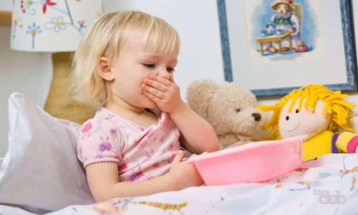 Температура, тошнота и рвота у ребенка зачастую появляются по причине отравления