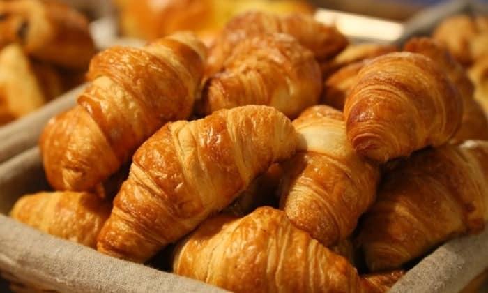 Нежелательно давать сдобу, свежий хлеб и молоко