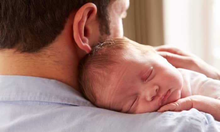 Ношение ребенка в вертикальном положении помогает быстрее избавиться от икоты