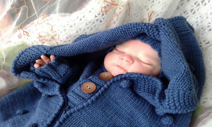 Убедитесь, что малыш не замерз. Если у ребенка холодная шея, нужно укрыть его одеялом, одеть в теплую одежду и взять на руки.