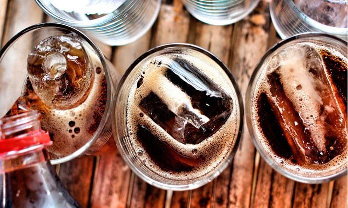 Злоупотребление газированными напитками - еще одна причина появления вышеописанного явления