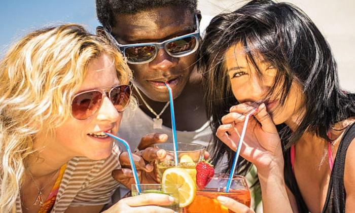 Привычки пить напитки через соломинку, приводящие к излишнему проглатыванию воздуха