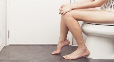 Причиной неприятных звуков в животе может стать жидкий стул