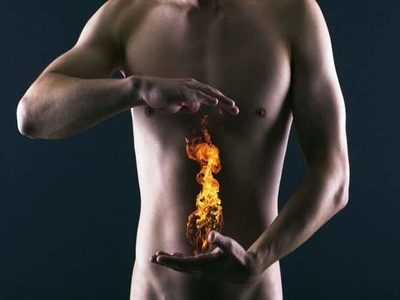 Изжога ощущается как жжение в области грудины. У некоторых такое ощущение может появиться из-за употребления в пищу некачественных продуктов