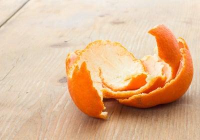 Помогает от тошноты настойка из измельченной кожуры мандарина.Кожуру 4 мандаринов залить 200 мл водки. Настаивать нужно в прохладном месте в течение 20 дней