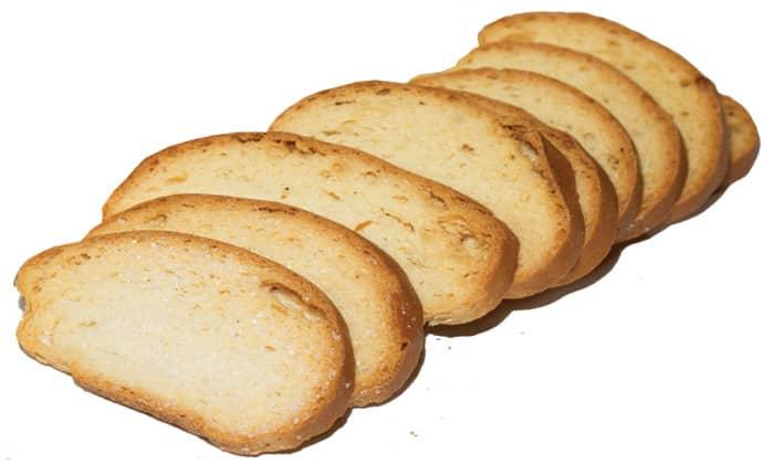 Диетическое питание при вышеописанном заболевании включает подсушенный хлеб