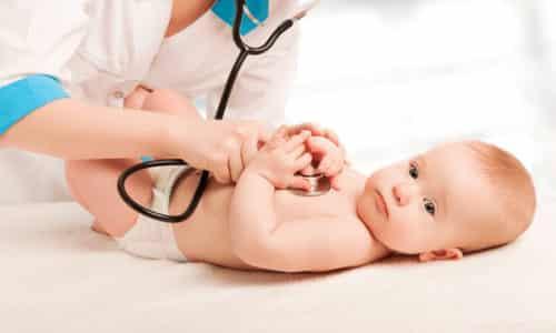 Детей впервые показывают неврологу в возрасте 1 месяца, доктор проводит первичный осмотр и делает заключение. Если есть аномалии, то до года все можно вылечить