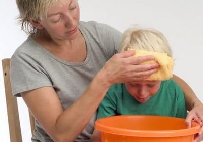 Рвотные позывы на фоне повышенной температуры могут указывать на серьезное заболевание и нести опасность для здоровья маленького пациента