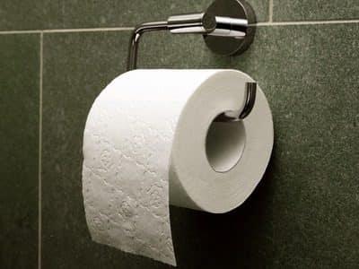 При геморрое нужно использовать нежную туалетную бумагу