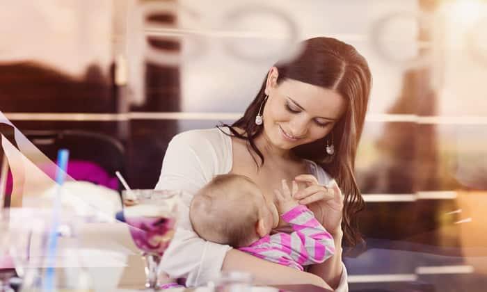 Во время приступа колик рекомендуется прикладывать малыша к груди, это помогает ему расслабиться и значительно уменьшает болевые ощущения