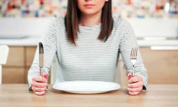 Боли в желудке может вызвать долгое голодание