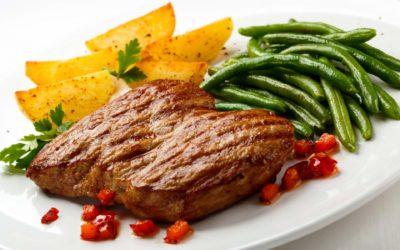 Взрослым можно кушать мясо, но оно не должно быть жирным. Детям тоже разрешается, но лучше кушать его в небольшом количестве