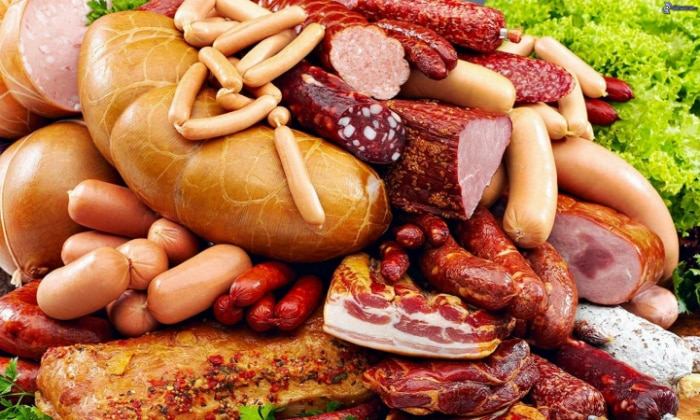 Нельзя есть и колбасные изделия, мясные копчености
