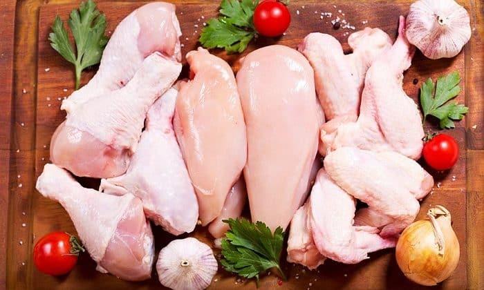 В диету должно входить отварное нежирное мясо птицы или рыбы