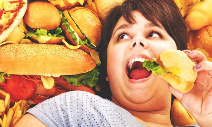 Причина постоянной тошноты -систематическое переедание, то есть употребление в пищу всего того, что обладает высокой концентрацией жира