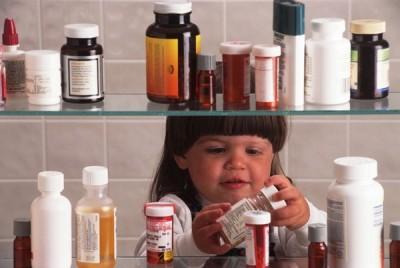 Давать ребенку лекарственные средства стоит только с соблюдением дозировок и возраста, указанных в инструкциях