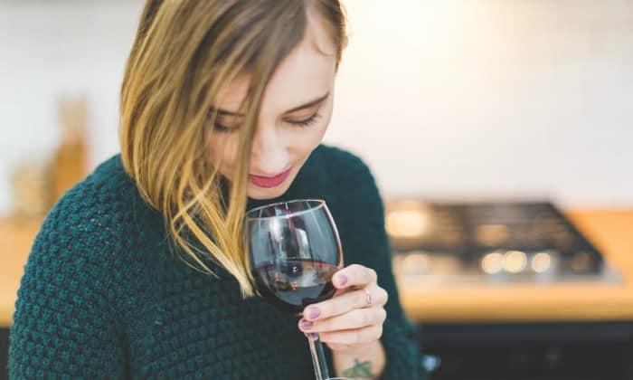 Кровотечение при геморрое заметно усиливается во время дефекации после чрезмерного приема алкоголя накануне