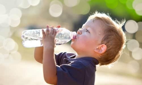 Ребенок в течение суток должен пить не менее 1,5 л воды. Поить кроху надо даже в том случае, если он не хочет пить