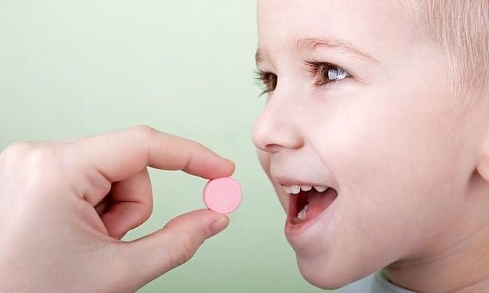 Старшим детям назначают медикаменты, уменьшающие моторику кишечника