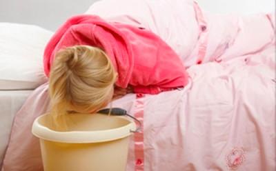 Рвота с кровью у ребенка возникает из-за легочного или носового кровотечения, при котором кровь попадает в пищевод. При этом появляется тошнота