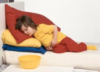 Рвота, боль в области желудка с правой стороны часто сопровождают воспаление аппендикса. Первый симптом является ярким показателем у детей