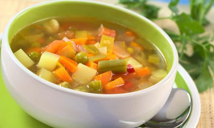 При проблемах с тонких кишечником можно употреблять овощные супы