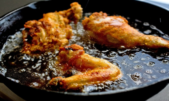 Из рациона исключается жирная и острая пища, так как она может ухудшить состояние стенок кишечника, и так ослабленных воздействием бактерий