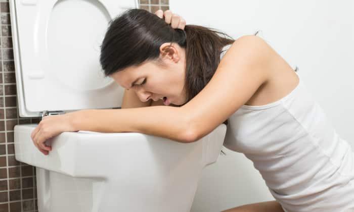 Основные симптомы гастроэнтерита - это постоянная тошнота и сильная рвота