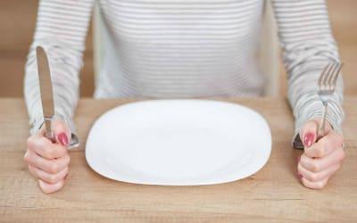 При кишечной инфекции у взрослых следует для начала на некоторое время в полной мере отказаться от любой еды