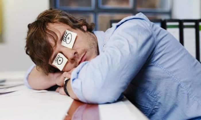 Кроме боли и дискомфорта, возникающих после приема пищи, гастродуоденит может сопровождаться сонливостью, чувством постоянной усталости