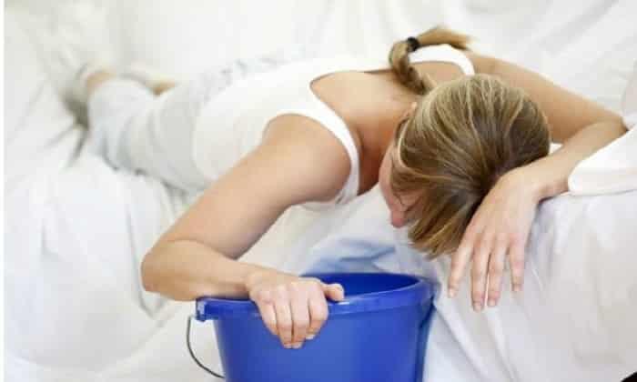 На фоне указанных признаков появляются такие симптомы непроходимости, как тошнота, частая рвота