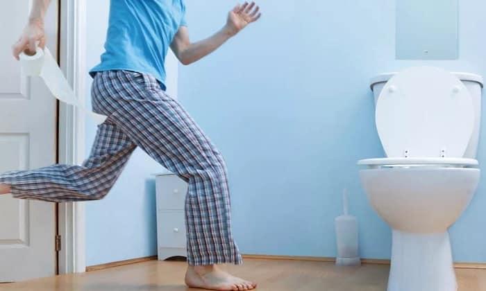 При острой форме заболевания происходит нарушение стула. Стул пенистый и имеет резкий неприятный запах