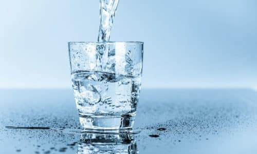 Важно пить много чистой негазированной воды, потому что основное осложнение пищевого отравления - это обезвоживание организма