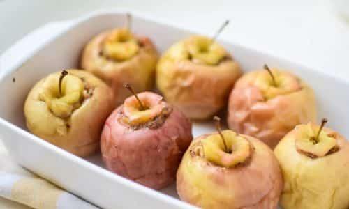 Запеченное яблоко. Для приготовления потребуется 2 спелых яблока, их необходимо разрезать на кусочки толщиной 1 см, запекать в духовке до готовности