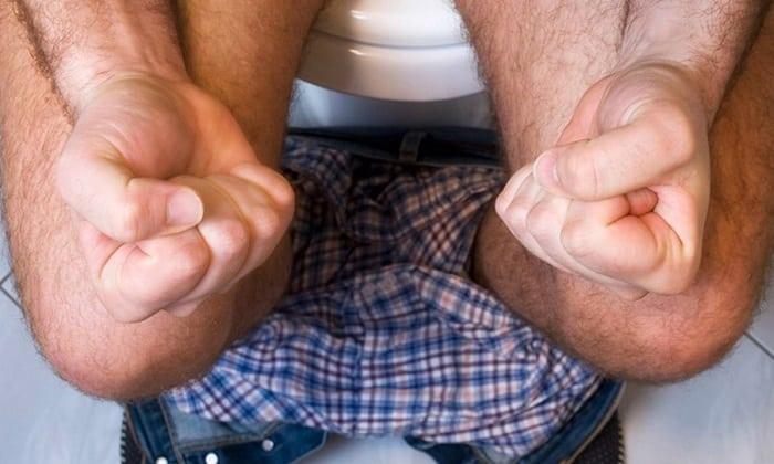 Больному рекомендуется минимизировать нагрузки на кишечник, устранить запоры