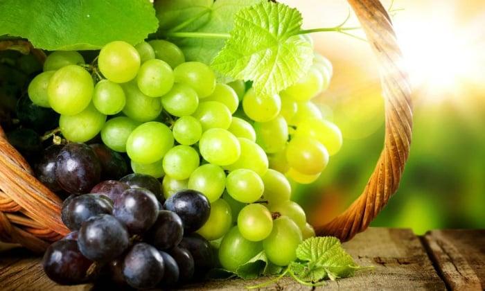 После еды тяжесть в желудке и отрыжка часто вызываются продуктами, которые по разным причинам усваиваются медленно, например виноград