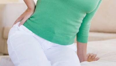 Из-за трещин прямой кишки появляются боли в результате воздействия на мышцы, что приводит к спазму сфинктеров отверстия ануса
