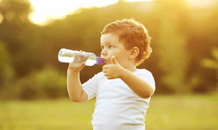 Во время процесса избавления ребенка трех лет от последствий запора следует придерживаться специального питьевого режима