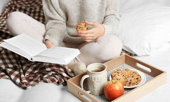 Чтение во время еды, которое отвлекает внимание от пережевывания пищи может служить появлением частой отрыжки