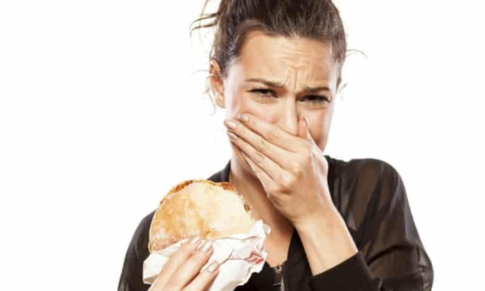 Нередко наблюдаются признаки токсикоза, характерные для первых месяцев беременности: отвращение к некоторым продуктам и непереносимость запахов