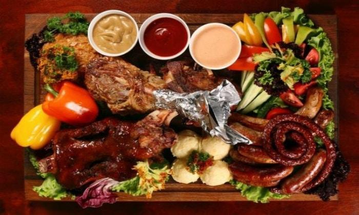 Часто причины диареи у взрослых кроются в несварении желудка после обильного обеда с жирными и тяжелыми блюдами