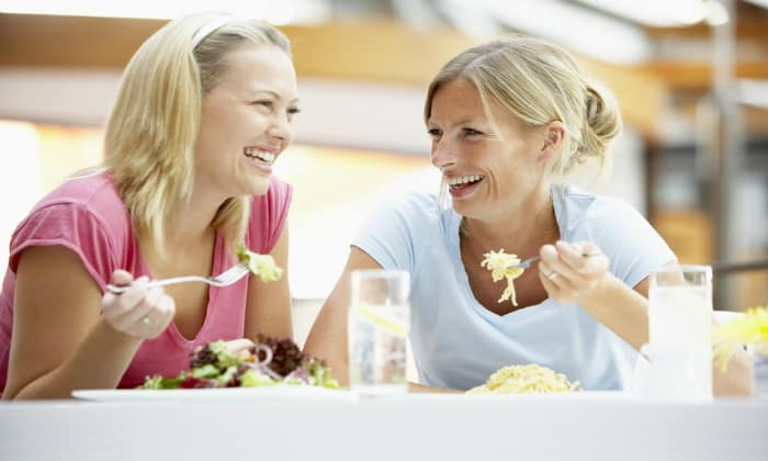 Бурные разговоры, сопровождающие принятие пищи могут спровоцировать отрыжку