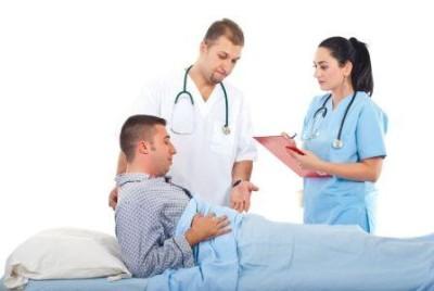 При возникновении резкой боли, появлении температуры и рвоты нужно срочно вызывать бригаду скорой помощи