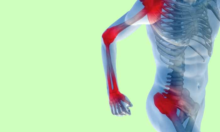При наличии колита у человека начинают болеть суставы