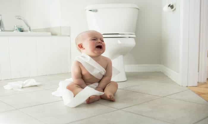 Если у ребенка отсутствует стул, то можно говорить о запоре, если он сильно тужится, пытаясь вызвать дефекацию